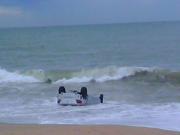 Carro ficou durante toda a manhã na Praia do Abricó (Foto: Arquivo Pessoal)