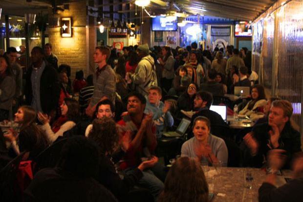 Democratas acompanham a apuração em restaurante de Chapel Hill (Foto: Beatriz Rey/G1)