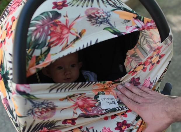 Baby Shade pode ser usado como capa de amamentação e para cobrir o carrinho (Foto: Divulgação)