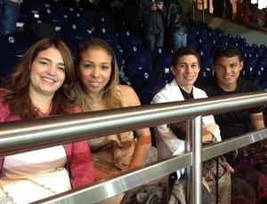 Paula, esposa de Conca, e Isabele, mulher de Thiago Silva, e os maridões ao fundo (Foto: Divulgação)