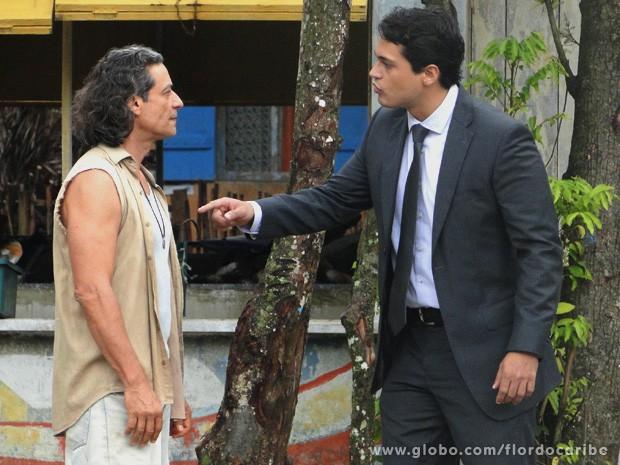 Sem escrúpulos, Hélio acusa o pai de fazer sua caveira para sua família (Foto: Flor do Caribe / TV Globo)