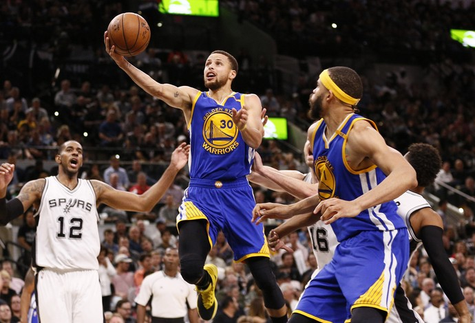 Stephen Curry faz a bandeja no confronto com os Spurs (Foto: Reuters)