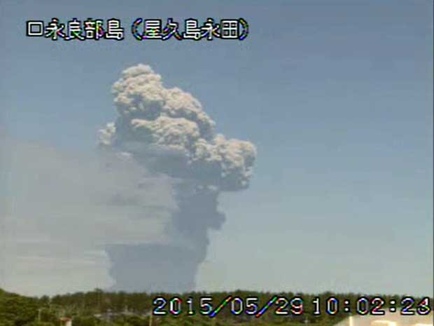Imagem de vídeo da atividade do vulcão Shindake no Japão (Foto: Agência Meteorológica do Japão / via Reuters)