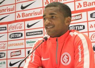 Artur lateral-esquerdo Inter (Foto: Tomás Hammes / GloboEsporte.com)