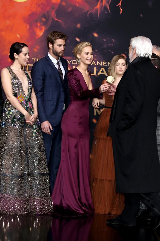 Jena Malone, Liam Hemsworth, Jennifer Lawrence, Willow Shields e Donald Sutherland na pré-estreia de Jogos Vorazes: A Esperança - Parte 2 (Foto: Getty Images)