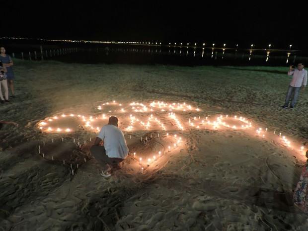 Jovem acende mais de 200 velas na praia para pedir garota em casamento (Foto: Arquivo Pessoal)