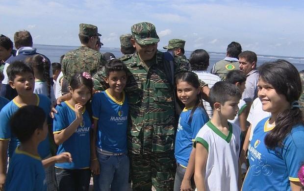 Militares foram recebidos como ídolos pelos alunos (Foto: Jornal do Amazonas)
