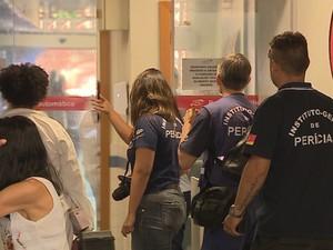 Peritos chegam em hospital para analisar cena do crime (Foto: Reprodução/RBS TV)