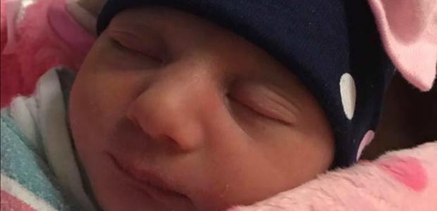 A pequena Anastasia nasceu sobre o capô do carro dos pais em meio à uma rodovia (Foto: Reprodução Facebook)
