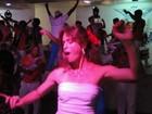 Letícia Spiller samba muito em festa de escola de samba