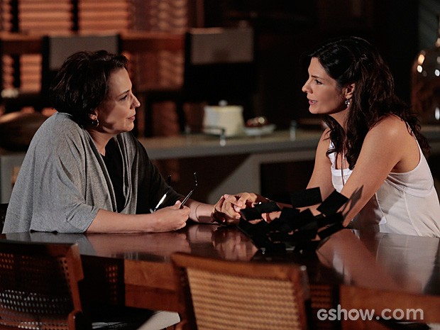 Verônica desabafa com Selma sobre a ameaça que Luiza representa (Foto: Felipe Monteiro / TV Globo)