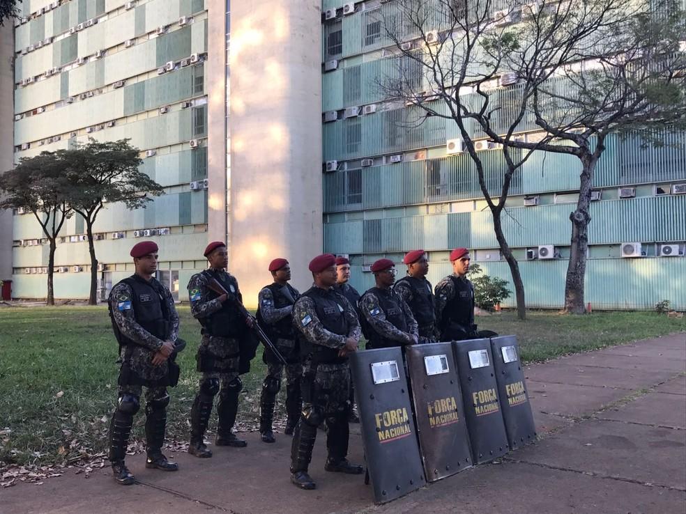 Militares da Força Nacional em frente a ministério (Foto: Letícia Carvalho/G1)