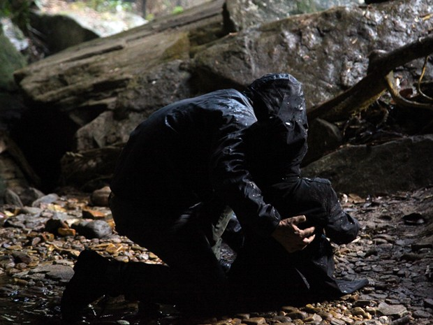 O homem deixa Maria Marta na caverna (Foto: Carol Caminha/TV Globo)