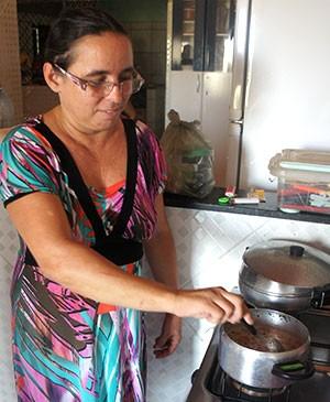 Na casa de Jane Meire, o feijão que alimenta a família dela vai para o fogo graças a água que chega pela rede particular (Foto: Anderson Barbosa/G1)