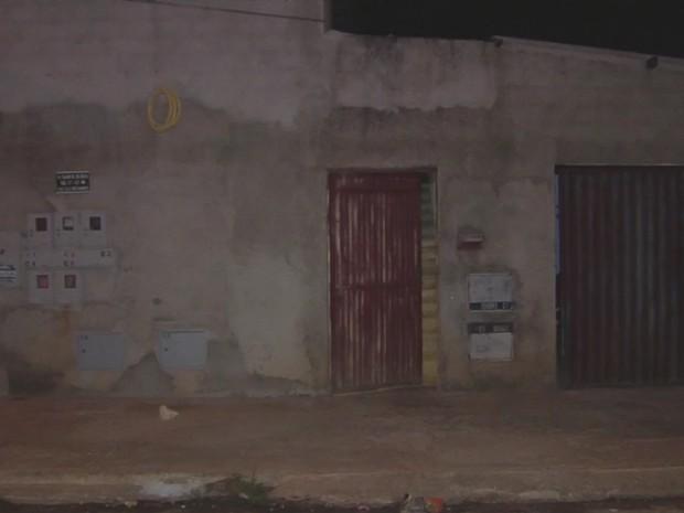 Mulher é morta dentro de casa ao se preparar para dormir, em Goiânia, Goiás (Foto: Reprodução/TV Anhanguera)