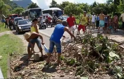 Manifestação pelo aumento da passagem de ônibus fecha BR-101, em Angra (Reprodução/TV Rio Sul)