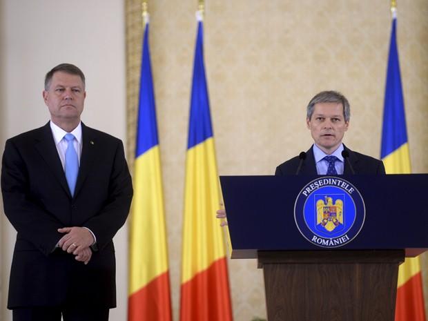 Dacian Ciolos discursa após ser nomeado primeiro-ministro da Romênia pelo presidente Klaus Iohannis (esquerda), em Bucareste, na terça (10) (Foto: Reuters/Inquam Photos/Octav Ganea)
