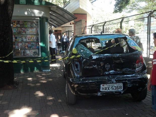 Carro foi arremessado para calçada após batida (Foto: Cristiano Martins / G1)