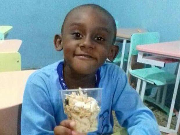 Matheus em foto tirada na escola: bala perdida matou menino de 5 anos em Magé (Foto: Reprodução/Arquivo pessoal)