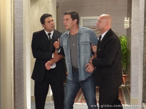 Théo é apreendido depois de arrumar confusão no hotel de Lívia (Foto: Salve Jorge/TV Globo)