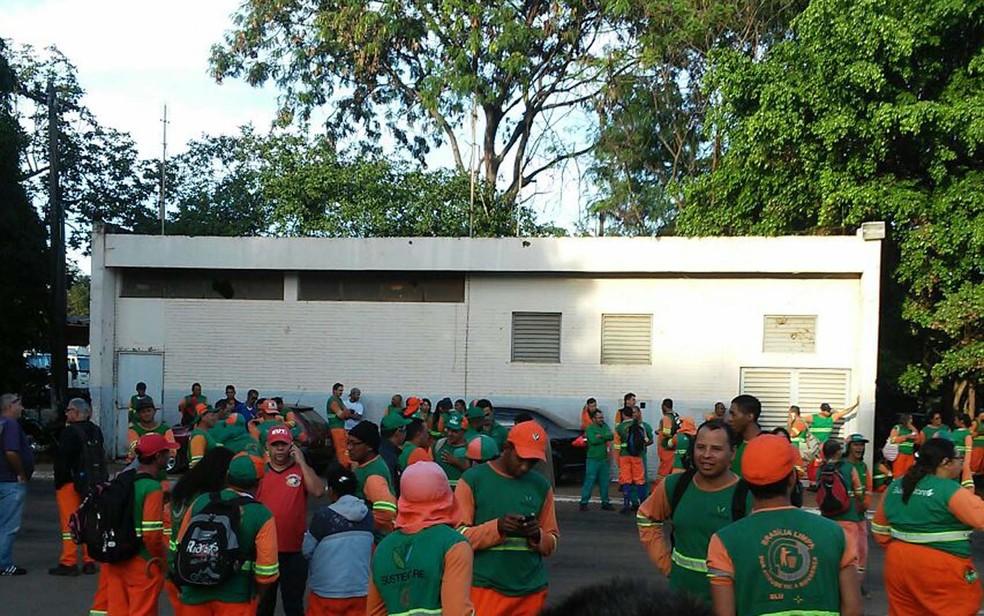 Funcionários da limpeza urbana do DF (Foto: Arquivo pessoal)
