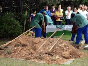 Estudante de 21 anos morto em festa na Unicamp é enterrado em Piracicaba (Foto: Leandro Cardoso/G1)