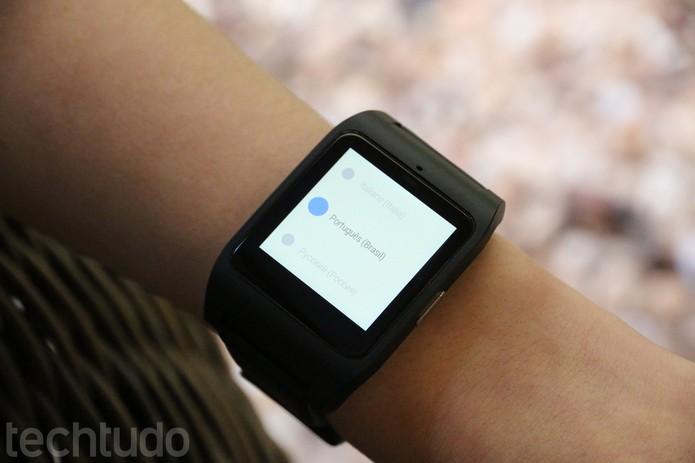 Escolha o idioma de sua preferência no Smartwatch 3 (Foto: Carol Danelli/TechTudo)