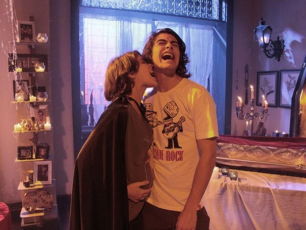 Pedro (Rafael Vitti) e a amada Karina (Isabella Santoni) em 'Pedro e os vampiros da Ribalta' (Foto: divulgação)