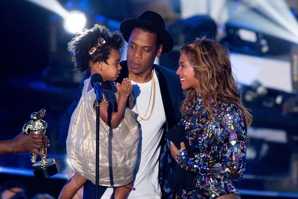 Blue Ivy no palco com o pai, Jay-Z, e a mãe, Beyonce (Foto: Getty Images)