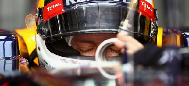 Sebastian Vettel no cockpit da RBR durante treino livre (Foto: Getty Images)