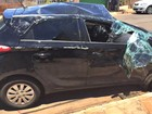 Condutor bate em carro parado, tomba e sai ileso de acidente em MS