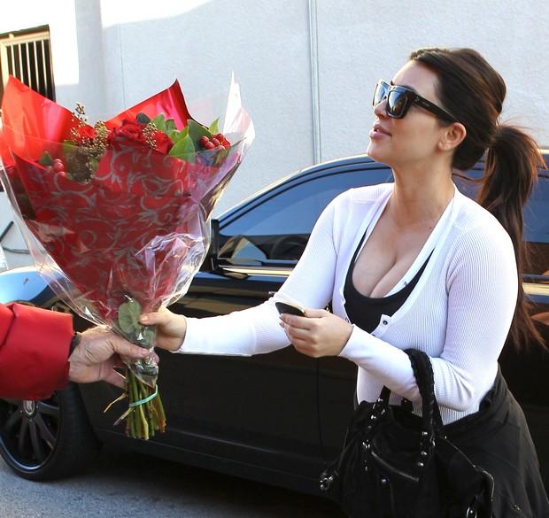 Kim Kardashian recebe flores no 'Valentine's Day' (Foto: X17 / Agência)