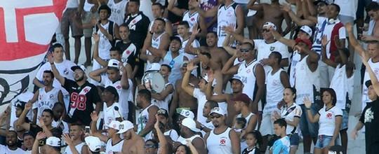 Em treino com apoio da torcida, Eder Luis participa normalmente e está à disposição para o clássico (Paulo Fernandes / Vasco.com.br)