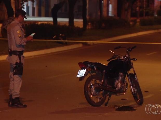 Acidente entre moto e caminhonete provoca a morte de garupa, em Goiânia, Goiás (Foto: Reprodução/ TV Anhanguera)
