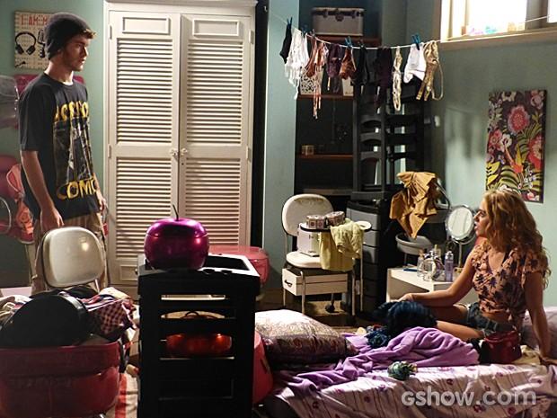 Meg recusa pedido de namoro de Sidney, mas quer continuar ficando com ele (Foto: Malhação / TV Globo)