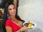 Decotadíssima, Solange Gomes devora feijoada em escola de samba