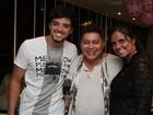 Rodrigo Simas vai com a mãe a aniversário de promoter no Rio