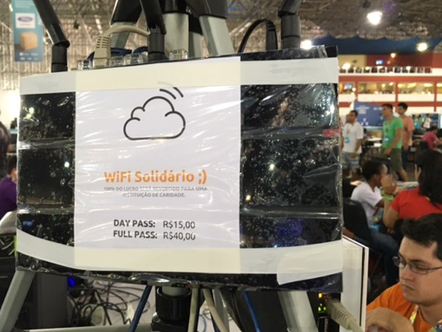 Placa faz propaganda do 'Wi-Fi solidário' na Campus Party (Foto: Cauê Fabiano/G1)