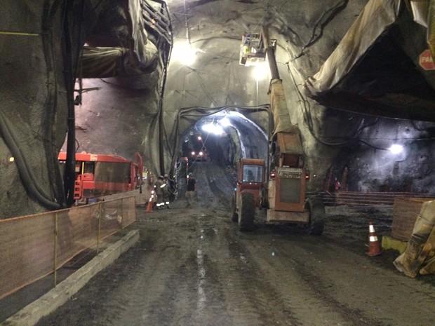 Cerca de 600 homens trabalham nas obras do Túnel da Via Expressa e outros 400 no Túnel do Binário (Foto: Janaína Carvalho / G1)