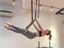 Mariana Ximenes mostra equilíbrio e corpo sequinho em aula com argolas