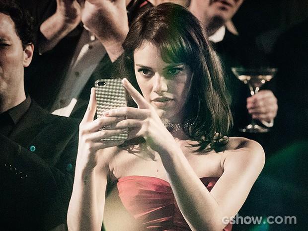 Betina não larga seu celular em momento algum e registra tudo (Foto: Fábio Rocha / TV Globo)