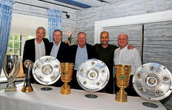 No adeus ao Bayern, Guardiola posa com troféus conquistados pelo clube