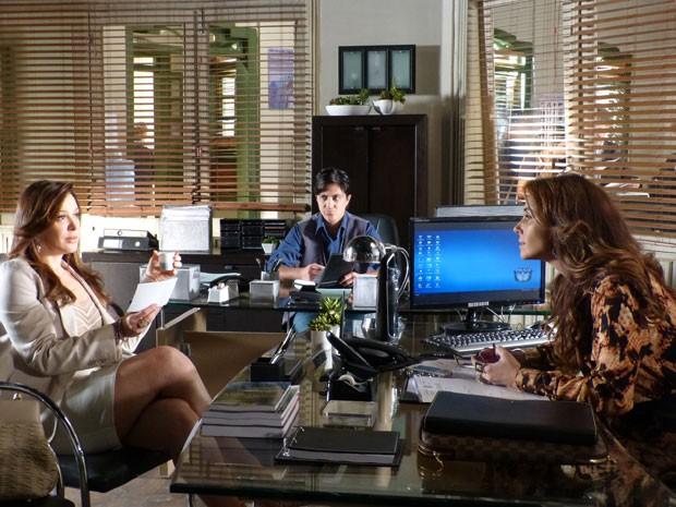 Lívia volta a prestar depoimento fazendo a dissimulada para Helô (Foto: Salve Jorge/TV Globo)