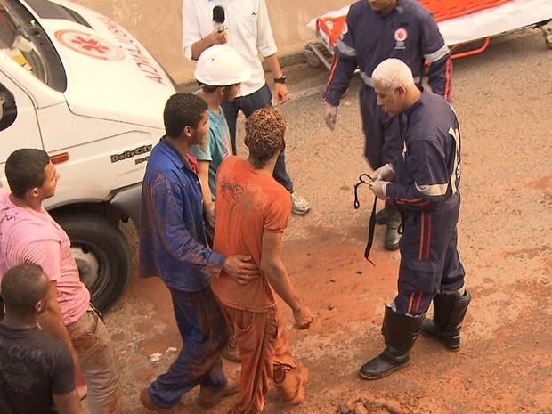 Homem foi resgatado por equipe do Corpo de Bombeiros (Foto: Imagem/TV Bahia)