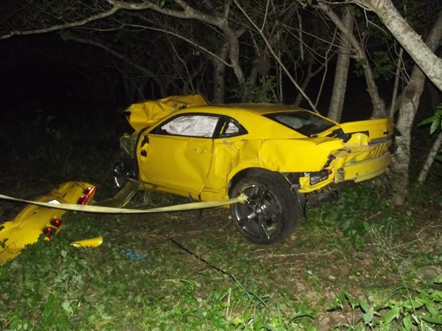 Carro ficou totalmente destruído  (Foto: Nildo Tavares)