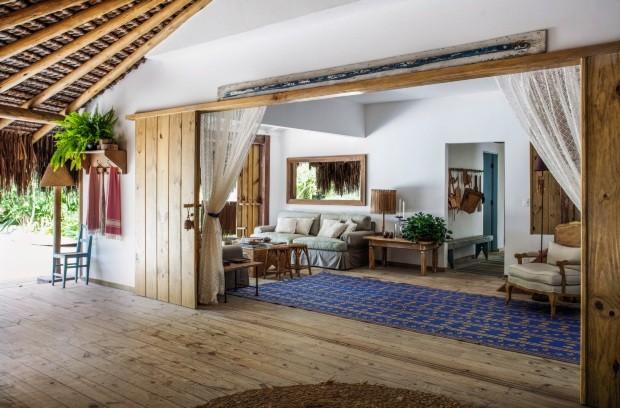 A sala está completamente integrada à varanda e ao jardim por portas de correr de pínus tratado (Foto: Marco Antonio / Editora Globo)