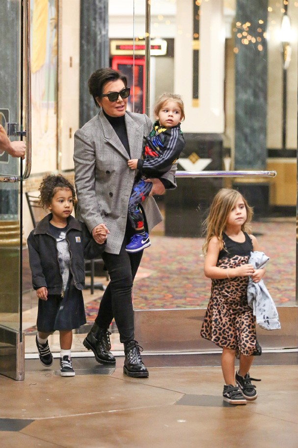 Kris Jenner passeia com os netos (Foto: Backgrid)