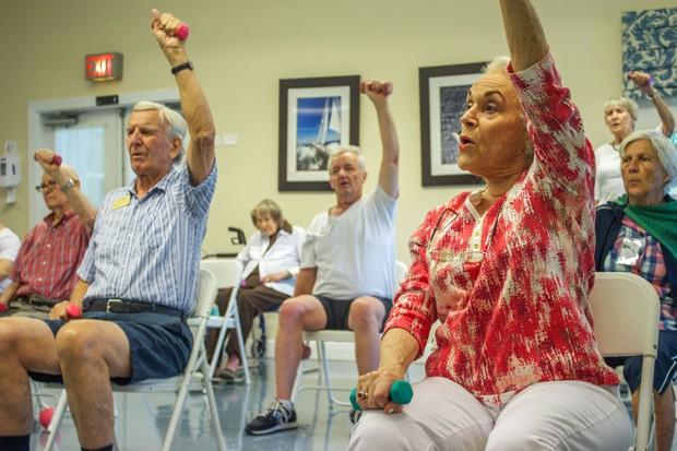 Moradores de residência para idosos praticam atividade física em Cutler Bay, na Flórida; expectativa de vida nos Estados foi para 78,8 anos  (Foto: Federica Narancio/AFP)