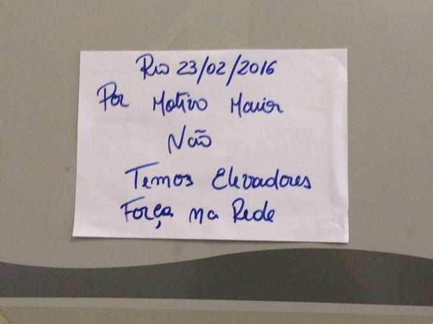 Cartaz informa sobre a falta de elevadores (Foto: Lívia Torres/G1)