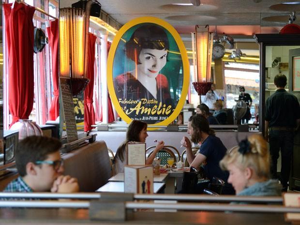 O café '2 Moulins' tem uma foto da personagem do filme 'O Fabuloso Destino de Amelie Poulain', que foi gravado lá (Foto: Eric Feferberg/AFP)